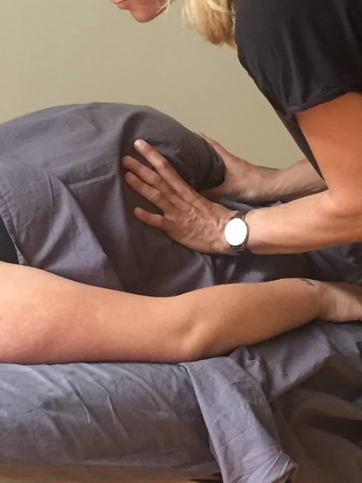 Marie Sol masserar en gravid mage - Bodywork Malmö