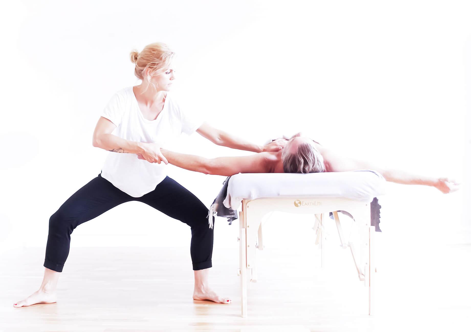 Kroppsterapi är en metod som kombinerar ett antal olika tekniker för att behandla kroppsliga och psykiska besvär.